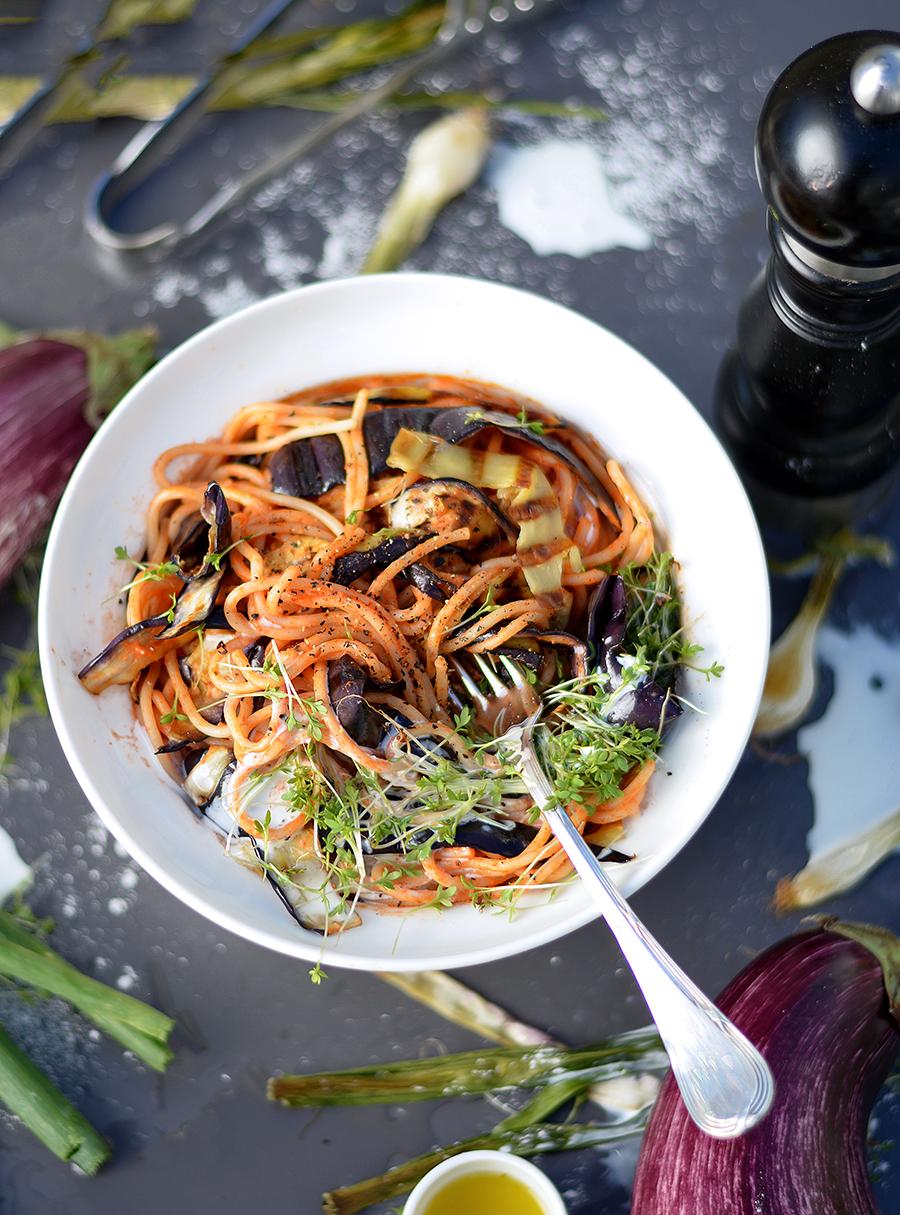 mediterrane pasta bowl mit gegrillten auberginenstreifen oder nudeln mit fancy tomatensauce. Black Bedroom Furniture Sets. Home Design Ideas